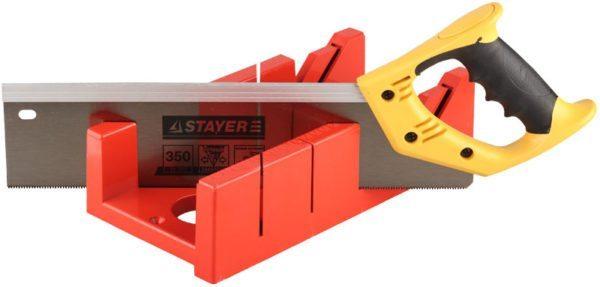 Стусло позволяет идеально зарезать плинтус на стыке наружных и внутренних углов стен