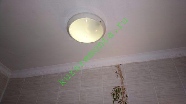 Светильник с герметичным корпусом позволяет использовать во влажной атмосфере ванной любые лампы.