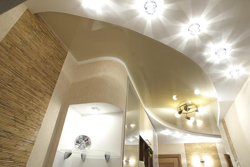 Натяжные потолки c точечными светильниками
