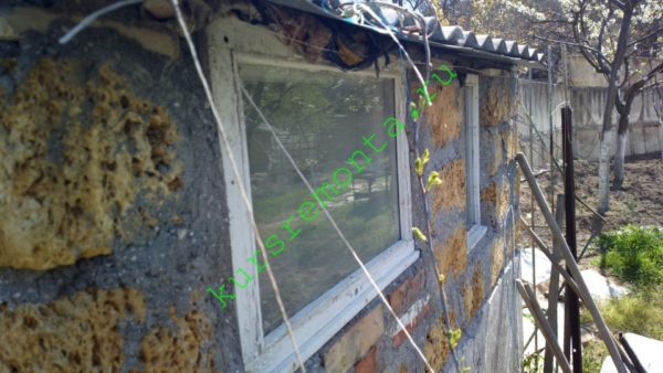 Световые окна — одиночное остекление в деревянных рамах, вставленных в просветы кладки.