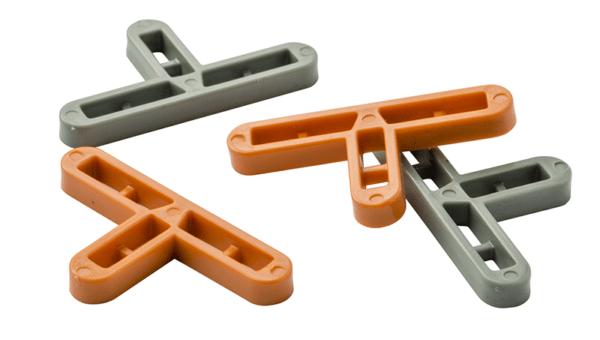 Т-образная форма помогает крестикам справиться с выравниванием плитки в процессе её укладки со смещением