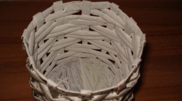 table_pic_att149316967228-e1493170173328 Плетение из газетных трубочек для начинающих пошагово: техника плетения, мастер класс, фото. Плетение корзин, шкатулок, коробок из газет для начинающих: схемы, загибы, фото