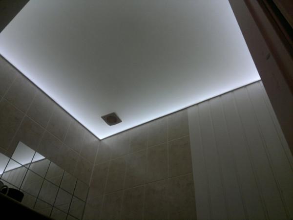 Так выглядит контурный световой декор за матово-белым полотном