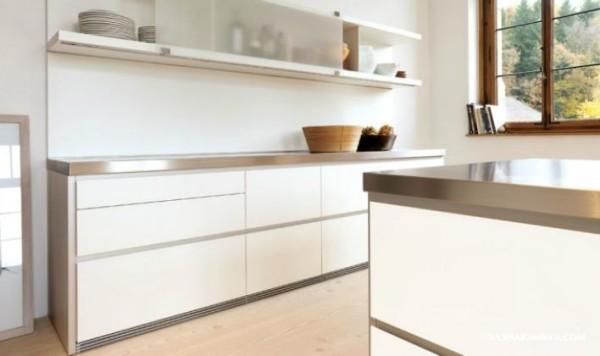 Так выглядят минималистичные кухни из пластика дизайн которых дополнен полированным металлом