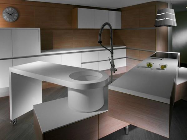 Такие сложные современные кухни в квартире вряд ли поместятся, а вот в просторном загородном доме им хватит места для маневров