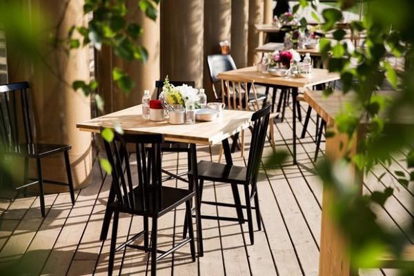 Такой аккуратный столик со стульями отлично поместятся на примыкающем к кухне балконе
