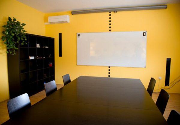 Тандем чёрной мебели и жёлтых стен способствует работоспособности сотрудников и выглядит респектабельно для клиентов