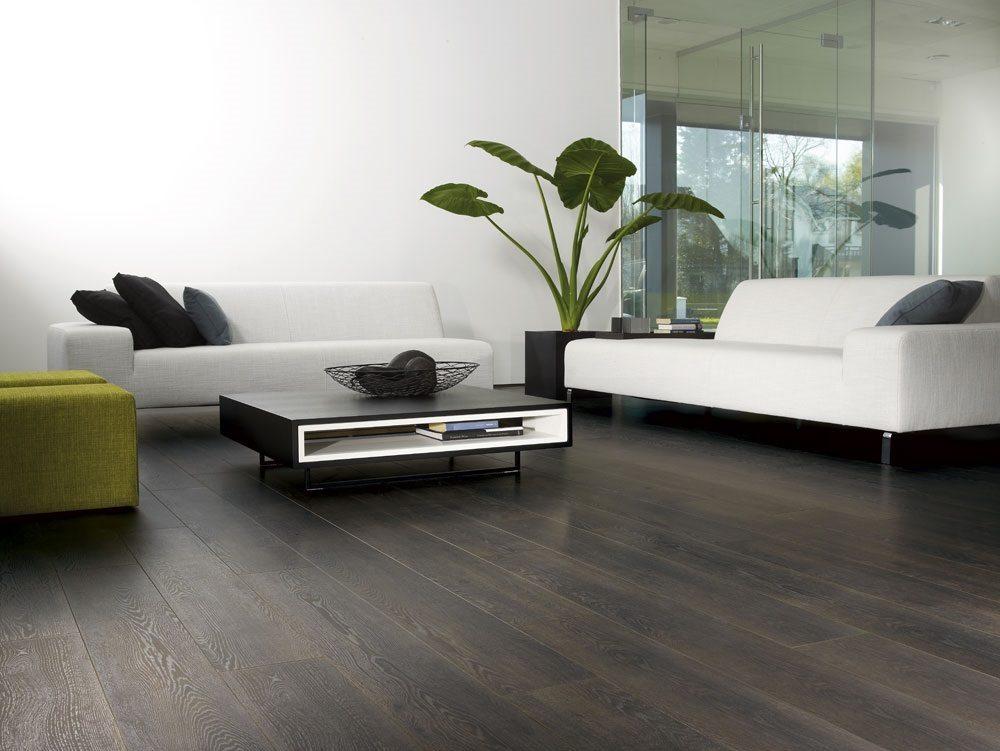 Темно-коричневый пол в сочетании с белыми стенами уменьшает видимую площадь комнаты и зрительно увеличивает ее высоту.