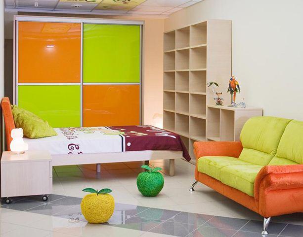 Теплые цвета в интерьере спальни.