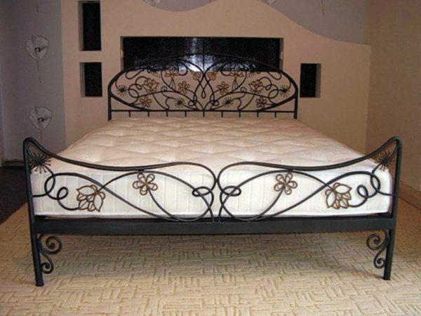 Тёплый толстый матрац, уложенный на спальное место, избавит вас от неприятных ощущений, связанных с высокой теплопроводностью стали