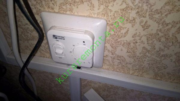 Терморегулятор отключает питание пленочного нагревателя при достижении заданной температуры. Средний расход электроэнергии не превышает 70 ватт на квадратный метр поверхности пола.