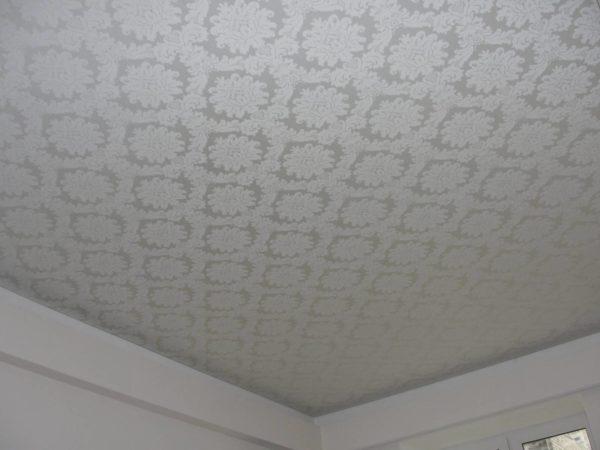 Тканевый потолок может быть однотонным или с узорами