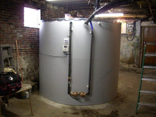 Трехкубовый теплоаккумулятор в подвале коттеджа.