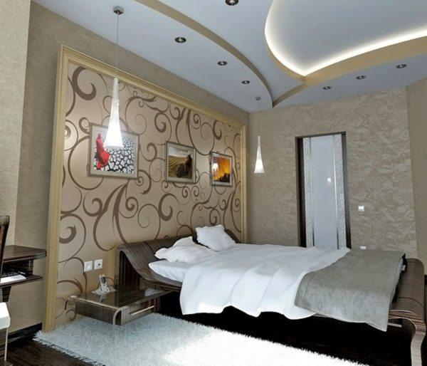 Трехуровневый потолок с софитами и скрытой подсветкой.