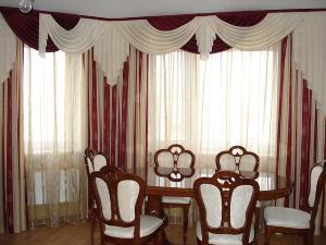 Цветовая гамма комбинированных штор гармонирует со стульями