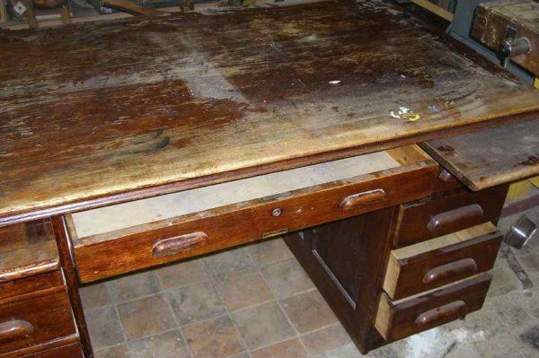 У этого стола есть будущее. Но реставратору придется потратить на него несколько дней.