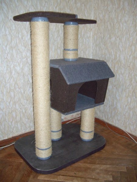У игровых домиков есть специальные элементы, о которые коту удобно точить когти, что поможет сохранить остальную мебель в комнате целой