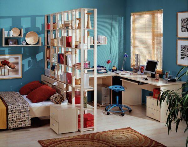 Удобное разделение комнаты на спальную и рабочую зоны при помощи стеллажа-перегородки