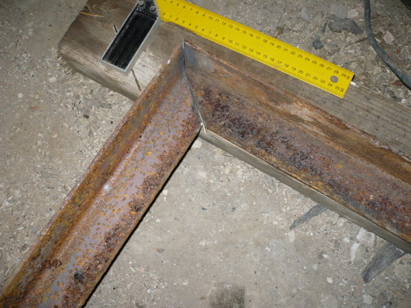 Углы проверяются угольником, диагонали измеряются рулеткой