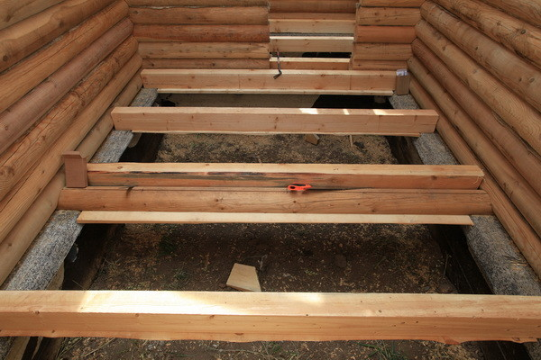 Укладка несущих лаг на бетонное основание.