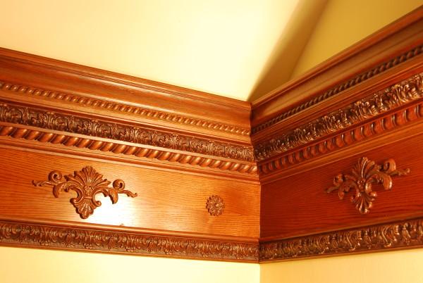Украшенный резьбой деревянный декор