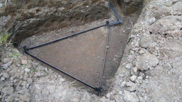 Уложенный в грунт контур заземления нужен в том случае, если земля не заведена в дом с подстанции.