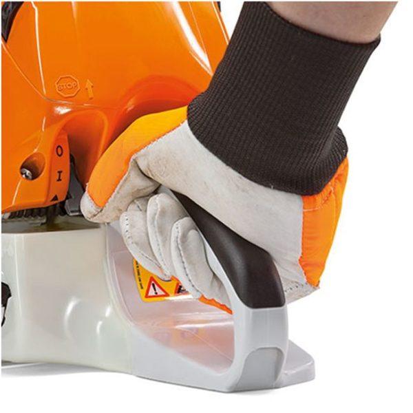 Управлять работой бензопилы можно одной рукой при помощи отдельного рычажка.