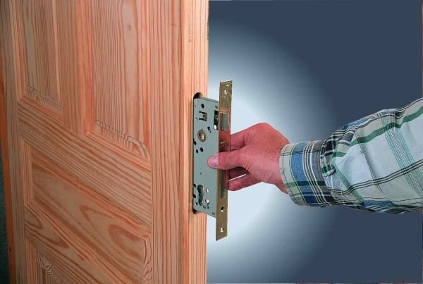 Установка врезного замка выполняется в специально подготовленную в дверном полотне полость