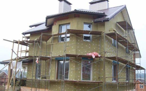 Утеплитель из каменных волокон можно без опаски применять и для наружного утепления