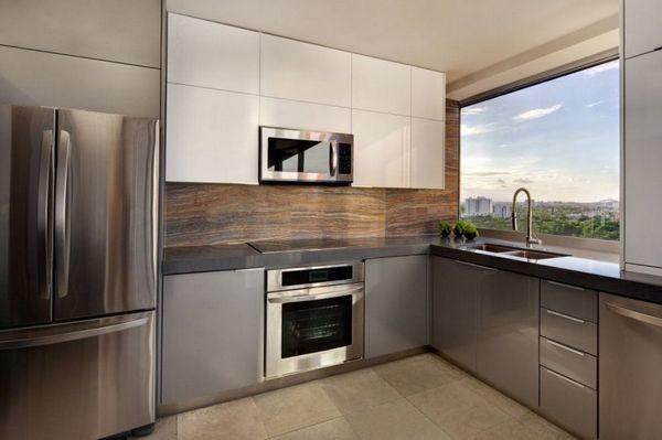 Утилитарный дизайн кухни хай тек в типовой квартире