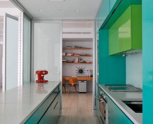 Утилитарный и одновременно стильный дизайн кухни вдоль окна