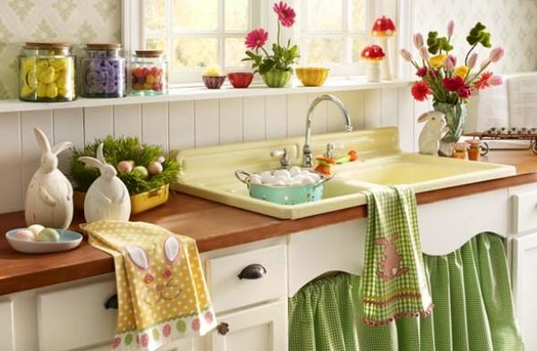Уют этой кухне обеспечили цветы, текстиль и самодельный декор