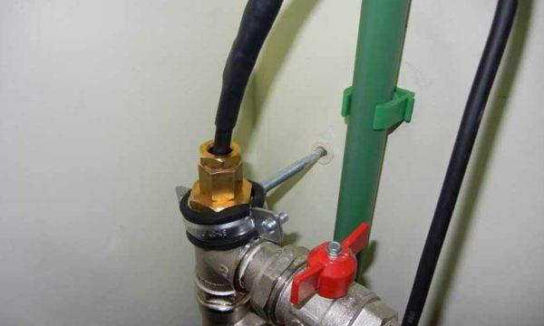 Узел, через который кабель заводится внутрь трубы, должен быть герметичным