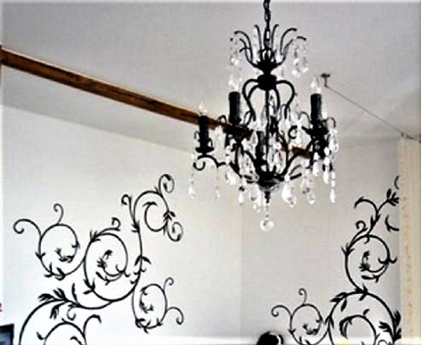 Узор на стене похож на завитки люстры