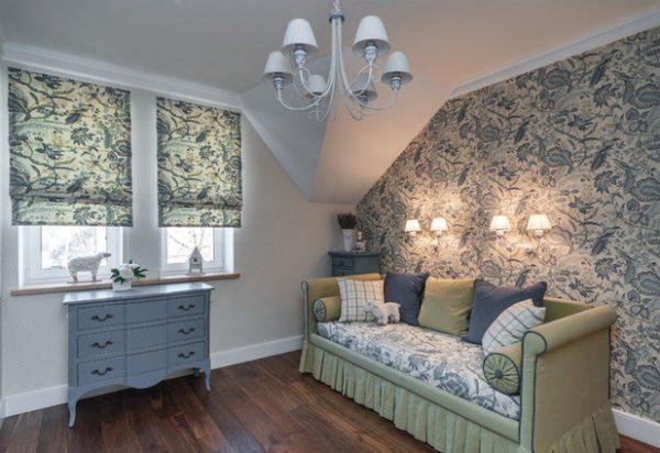В гостевой спальне не обошлось без цветочных мотивов, которые имеют сходство с орнаментом пейсли