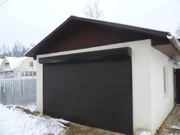 В холодное время года такие ворота в гараж могут промерзать