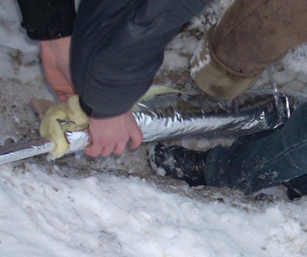 В холодном грунте нужно обязательно защитить трубу от промерзания