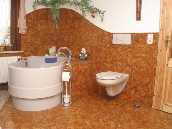 В интерьере ванной пробка может быть использована не только для отделки пола, но и стен