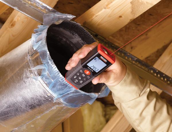 В качестве ровной поверхности может выступать не только пол, но также стена, потолок, наклонные балки или даже вентиляционная труба, как на фото