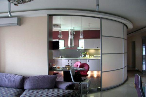 В кухнях-студиях обеденный и рабочий сектор удобно разграничить раздвижными дверями.