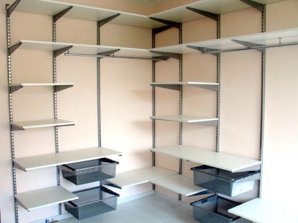 В маленьком жилище оптимальна стеллажная схема хранения.