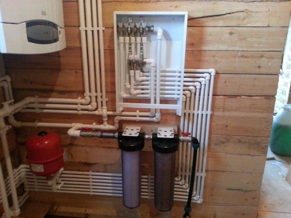 В подвале многоэтажного дома такое количество водопроводных труб воспринимается спокойно, а в частном — вызывает недоумение.