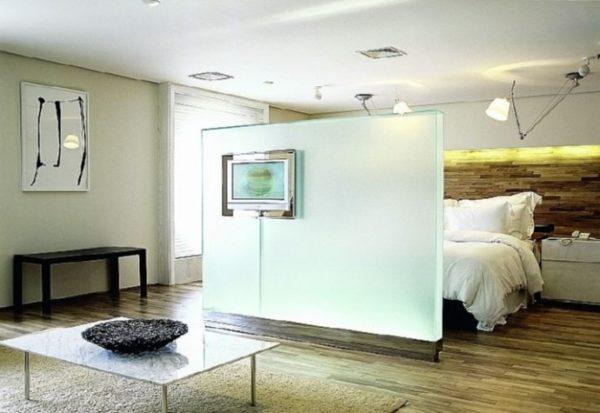 В помещениях с низкими потолками не стоит использовать перегородки от пола до потолка