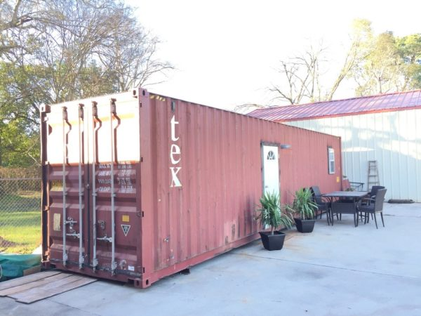 В стенки контейнера врезаны дополнительная дверь и световое окно.