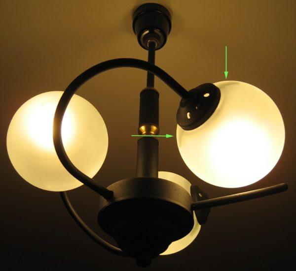 В закрытом плафоне лампа сильнее греется и меньше служит.