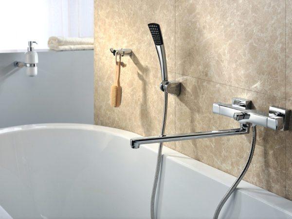 Ванна и приподнятый над ней смеситель с длинным изливом позволят вам обойтись без умывальника.