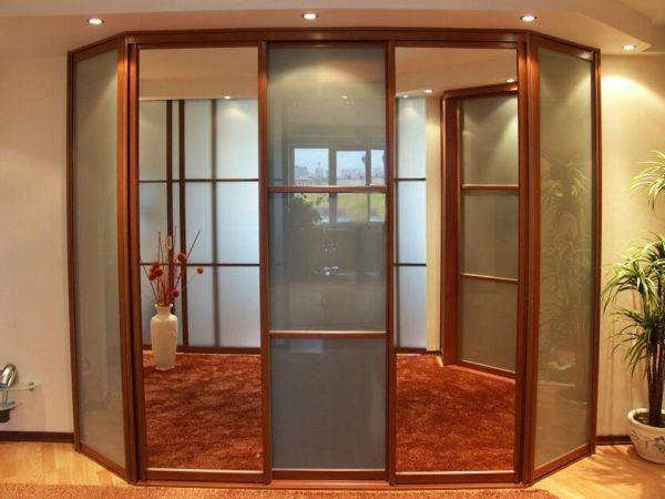 Вариант трапециевидной встроенной конструкции с зеркальными дверями.