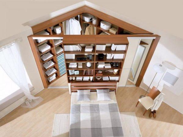 Вариант треугольной встроенной конструкции для спальни.