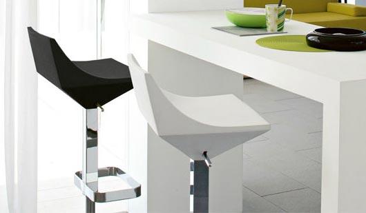 Важно подобрать не только оригинальную стойку, но и интересные и удобные стулья к ней
