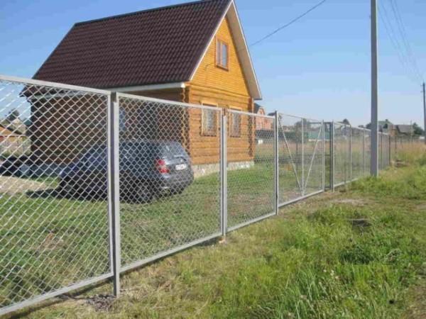 Важно ровно приварить элементы конструкции, тогда забор будет смотреться аккуратно